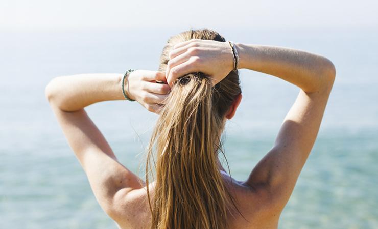 Смывайте морскую соль с волос